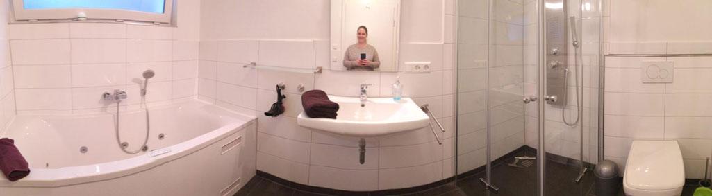 luxus-ferienhaus-mit-sauna-alpirsbach-entspannung-im-schwarzwald-badezimmer-erdgeschoss-whirlpool