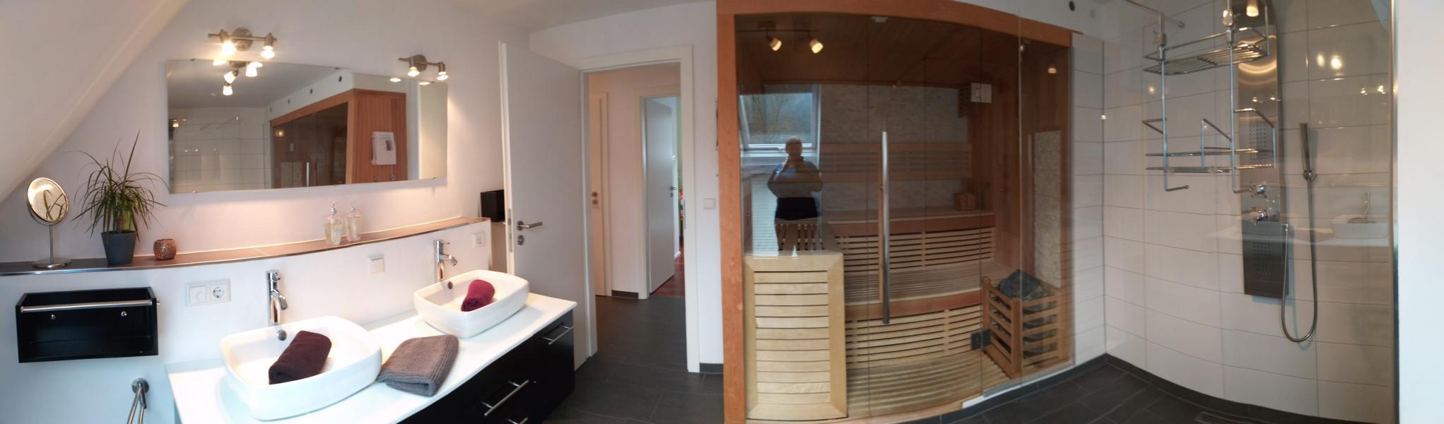luxus-ferienhaus-mit-sauna-alpirsbach-entspannung-im-schwarzwald-badezimmer-og-sauna