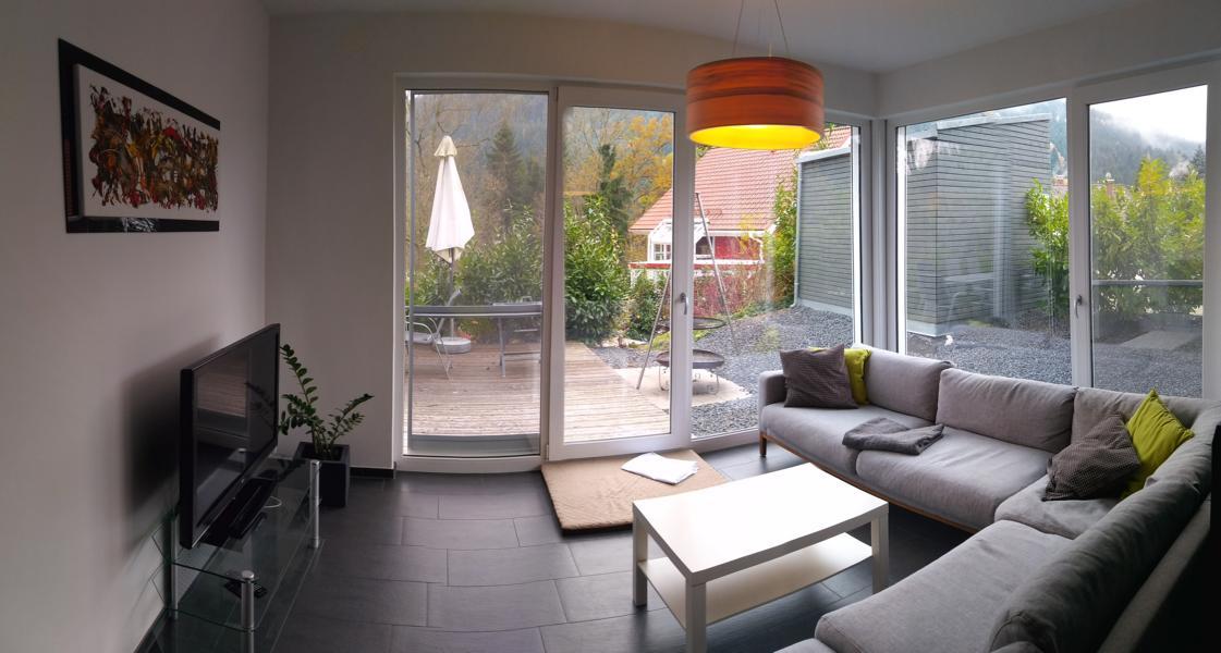 luxus-ferienhaus-mit-sauna-alpirsbach-entspannung-im-schwarzwald-wohnzimmer