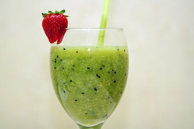 Smoothies für den Sommer frecher Frucht Smoothie Radieschengrün Kiwi Banane DieCheckerin