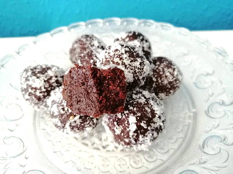 vegane Süßigkeiten selber machen Schoko Brownie Bällchen Datteln und Nüsse
